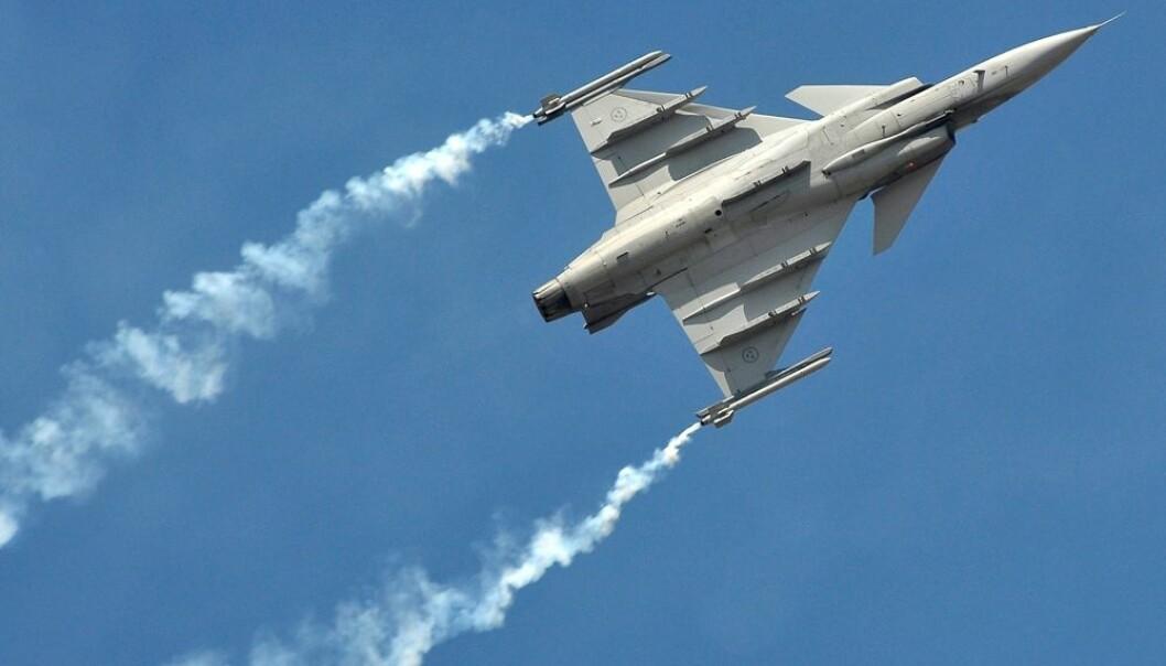 Den 13. november skrev nabolandet Sverige og 22 andre EU-land under en avtale om å samarbeide om å styrke det europeiske forsvarssamarbeidet. Hvor involvert Norge vil bli i dette samarbeidet, er høyst usikkert. Norsk forsvarsindustri kan være en trussel for samarbeidet. Svensk forsvarsmateriell, som her kampflyet SAAB Gripen, er med. (Foto: REUTERS/Abhishek N. Chinnappa/NTB Scanpix)