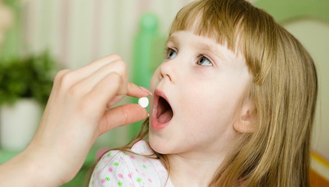 Det finnes nesten ikke tabletter i barnestørrelse. Det blir ofte opp til foreldre prøve å dele en voksen-tablett i to, fire eller til og med åtte biter. Men det er veldig vanskelig å gjøre dette nøyaktig, og dermed kan resultatet lett bli at barnet får en overdose – eller for liten dose til å få effekt, ifølge forsker. (Foto: Shutterstock / NTB scanpix)