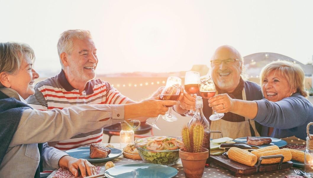 Vi har nå mange flere eldre i samfunnet som lever lenge. De er friskere. De reiser mye og har mer penger. Og de drikker mye mer vin. Vil dette økte alkoholkonsumet bli et problem for fremtidens hjemmetjenester og sykehjem? (Foto: AlessandroBiascioli / Shutterstock / NTB scanpix)