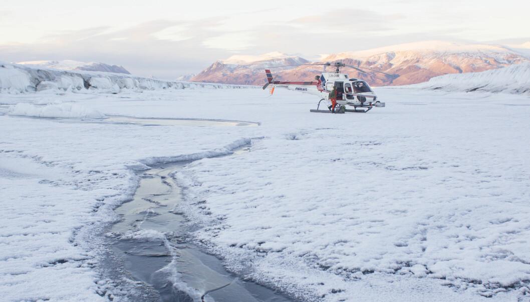 Forskerne har landet ved en sprekk i den 100 meter tykke istungen hvor de tar prøver. (Foto: Paul A. Dodd / Norsk Polarinstitutt)
