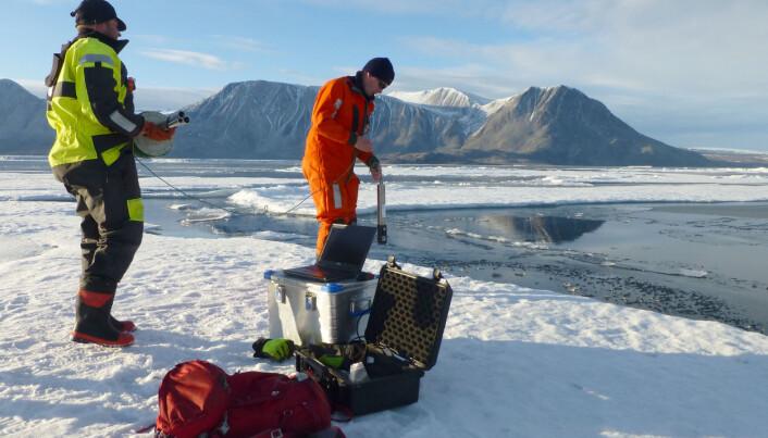 Paul A. Dodd and Mats Granskog samler prøver nært fronten av istungen. (Foto: Laura de Steur, Norsk Polarinstitutt)