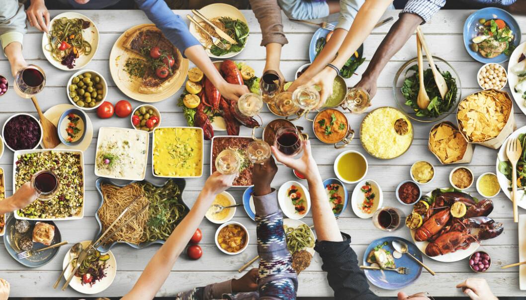 Helsa vår påvirkes av hundrevis av matvarer i utallige kombinasjoner, sammen med drøssevis av andre miljøfaktorer, som mosjon, røyking og stress. Er det mulig å finne ut hva enkelte matvare eller stoffer har å si? (Foto: Rawpixel.com / Shutterstock / NTB scanpix)