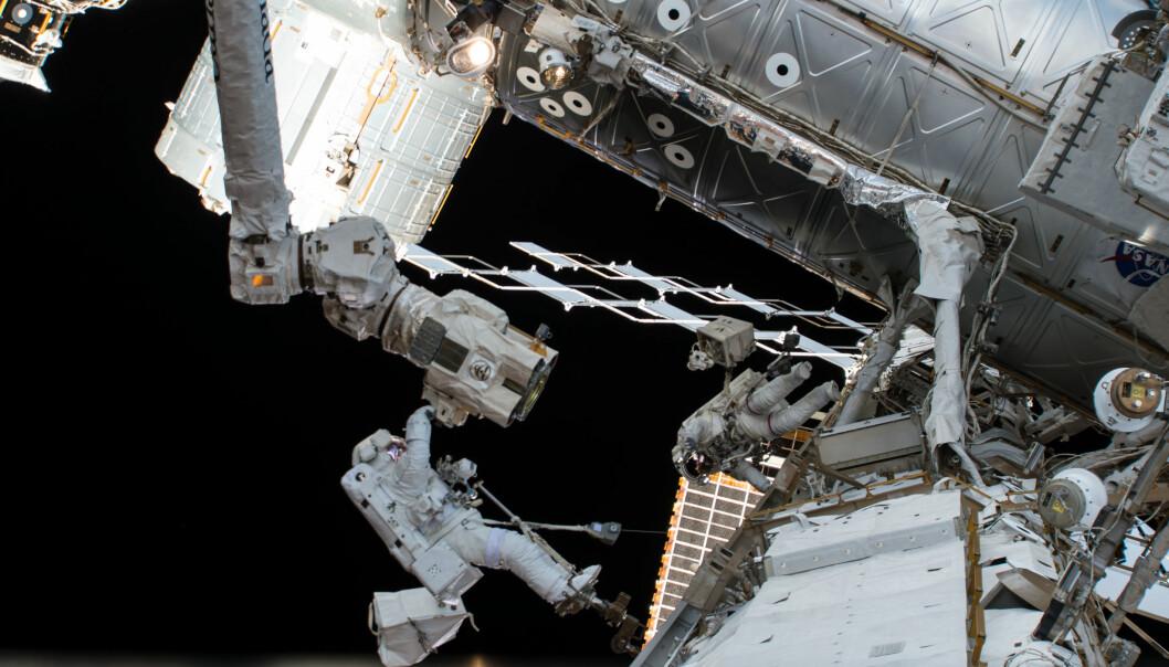 Et bilde fra ISS tatt i juni viser det russiske fartøyet Sojuz MS-09 (til venstre) og et amerikansk lastefartøy koblet sammen med romstasjonen. (Foto: NASA / AP / NTB scanpix)