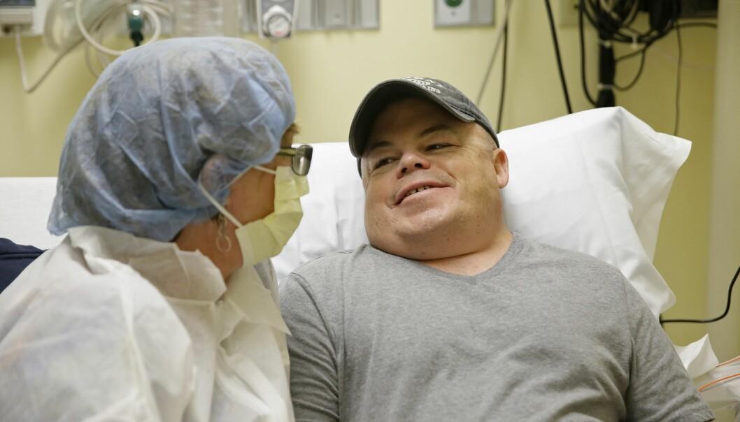 Marcie Humphrey (til venstre) ser på mens kjæresten Brian Madeux bli det første mennesket i verden som får et genredigerende virus sprøytet inn i kroppen. Målet er å stanse Hunters syndrom, en sykdom Madeux har hatt hele livet. (Foto: Eric Risberg / AP photo / NTB scanpix)