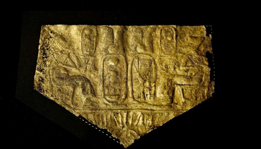 Et gullark der Tut-ankh-Amon er avbildet er blant gjenstandene som for første gang stilles ut for offentligheten i Egypt. (Foto: Nariman El-Mofty / AP / NTB scanpix)