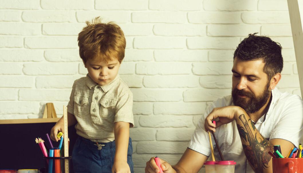 Det er et politisk mål at det skal være 20 prosent menn som jobber i barnehager, men de siste årene har andelen stagnert på ni prosent. Hva kan barnehagen gjøre for å rekruttere flere? (Illustrasjonsfoto: Shutterstock / NTB Scanpix)