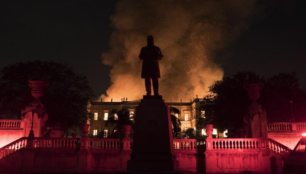 Det brasilianske nasjonalmuseet i brann i Rio de Janeiro. (Foto: Leo Correa / AP / NTB scanpix)