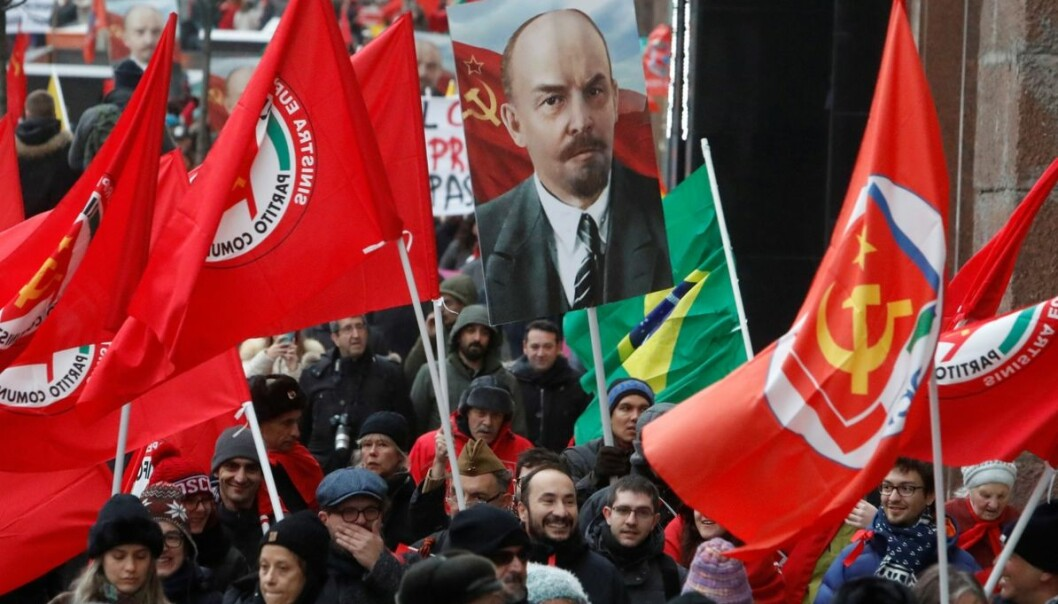 Tilhengere av det russiske kommunistpartiet bar portretter av Lenin og Josef Stalin under en demonstrasjon i Moskva 7. november, for å markere 100-årsdagen for den russiske revolusjonen. Men de var ikke mange. Foto: Sergei Karpukhin/Reuters/NTB scanpix