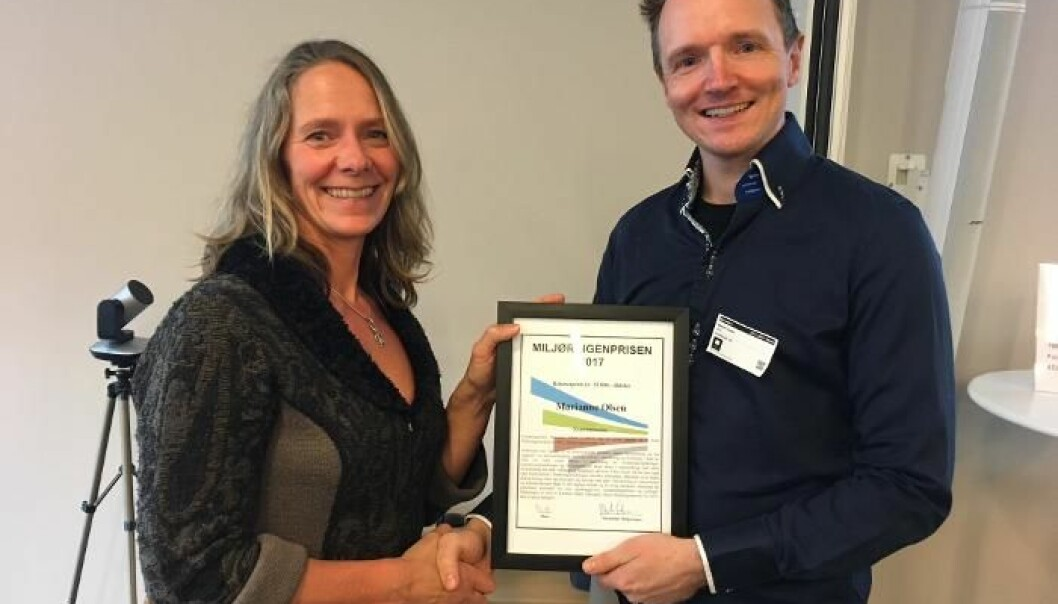 Marianne Olsen gratuleres av styreleder Morten Jartun i Miljøringen.  (Foto: Mari Sunde, Miljøringen)