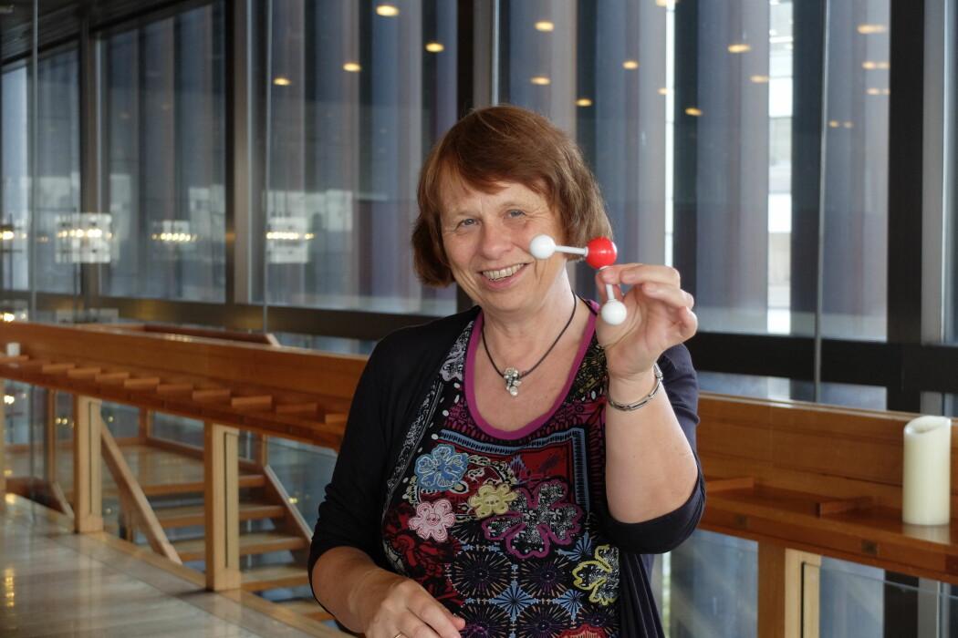 Kavlipris-vinner Ewine van Dishoeck med sitt favorittmolekyl – vann. (Foto: Eivind Torgersen)