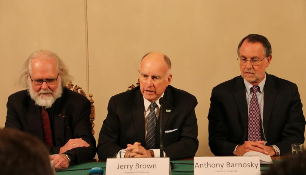 Californias guvernør, Jerry Brown, tar klimatrusselen på alvor og vil fremme samarbeid mellom politikere og klimaforskere. Fra venstre: Nils Christian Stenseth, Jerry Brown og Anthony D. Barnosky fra Stanford University. (Foto: Elise Kjørstad)