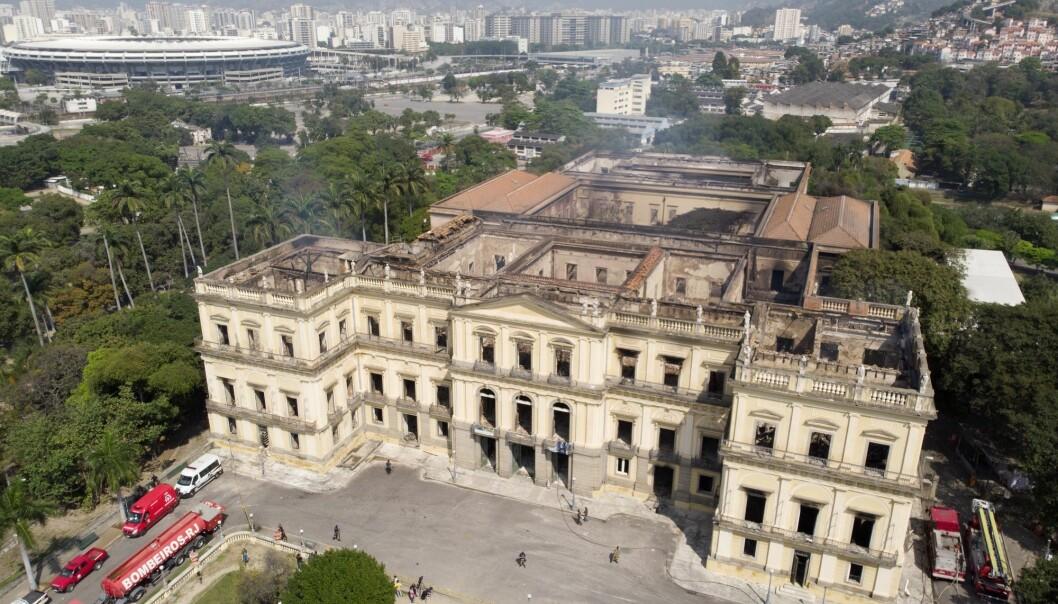 Fasaden står igjen, men museet er utbrent. (Foto: AP / NTB scanpix)