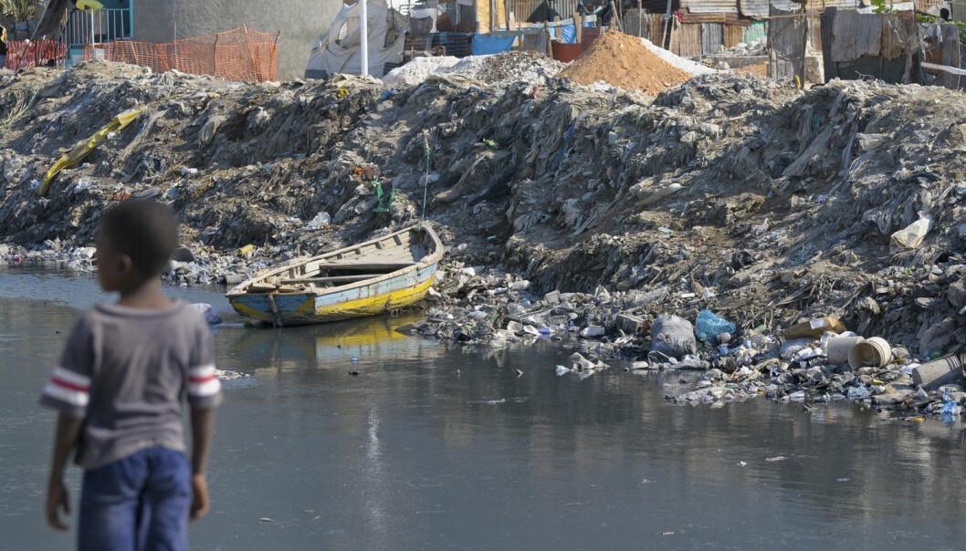 Kolera er et stort problem på Haiti. Dette bildet viser en kanal gjennom en slum utenfor Port-au-Prince. Skittent drikkevann er med på å spre sykdommen. (Foto:REUTERS/Swoan Parker/NTB Scanpix)