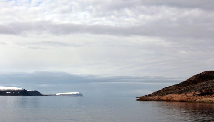 """Holmen på høgre sida av bildet minner snøgt om Sørlandet, medan dei snødekte fjella til venstre i bildet tenner ikkje akkurat ein lengsel om å slå seg ned med kvitvin og reker – """"eller hur""""? (Foto: Lilja R. Bjarnadóttir, NGU)"""