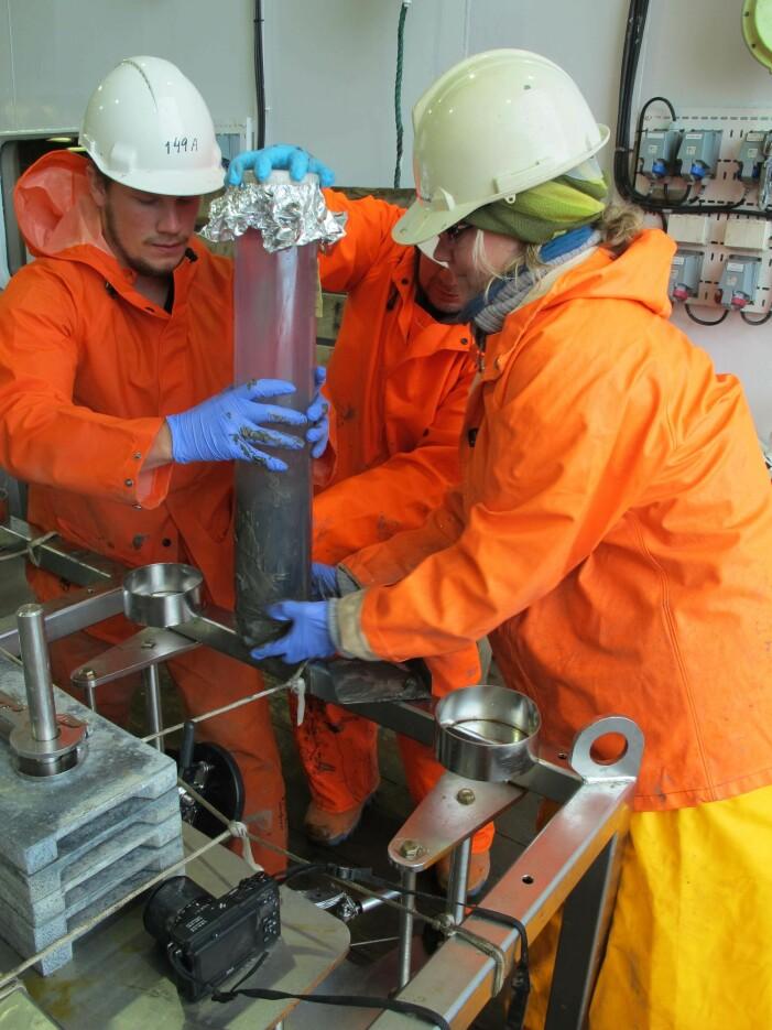 En sedimentprøve blir tatt ut av multicorer.