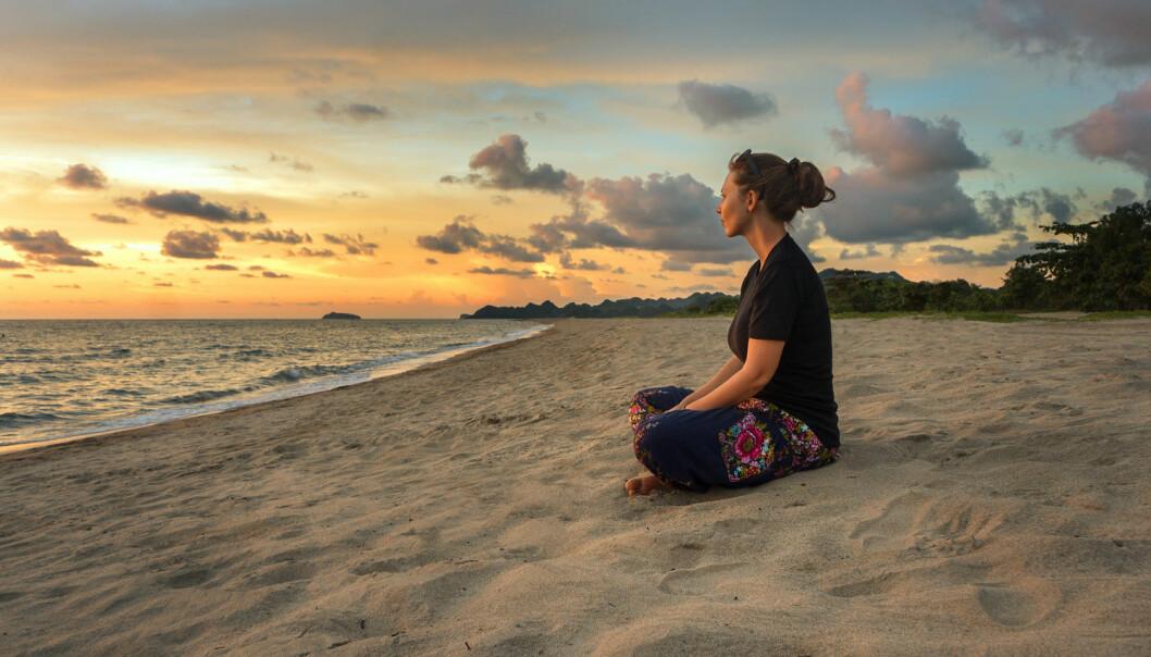En strand og solen i det fjerne. De perfekte omgivelsene til meditasjon?  (Foto: Avesun / Shutterstock / NTB scanpix)