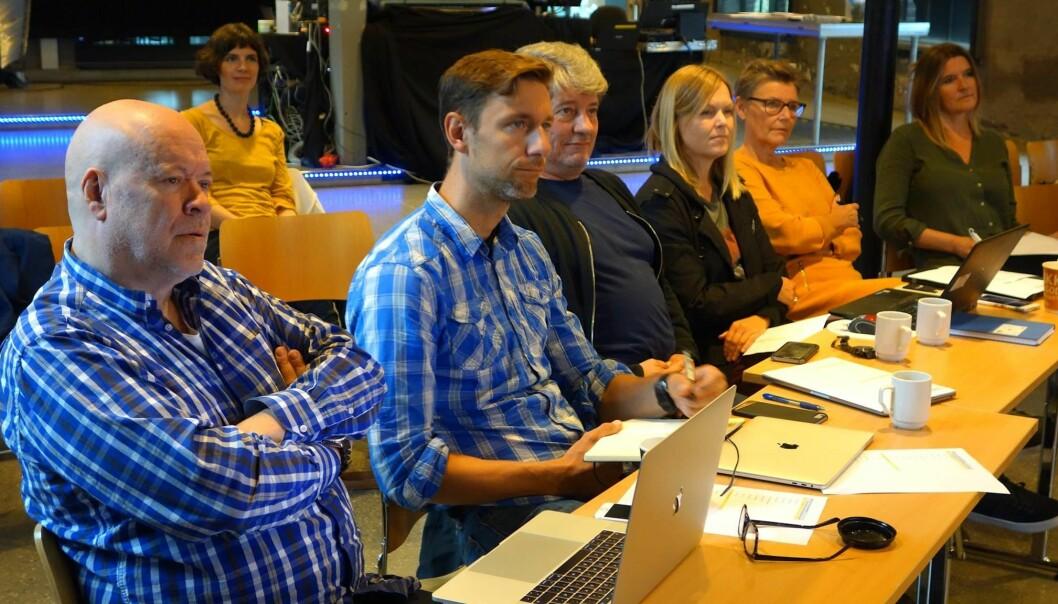I salen sitter 'rekka' med kommunikasjonseksperter som vurderer innsatsen vår, ned til minste detalj. Vårt harde arbeid skal plukkes fra hverandre, analyseres, bedømmes. Livet som stipendiat i medias søkelys setter deg på prøve, både personlig og faglig. (PS: det er egentlig en veldig snill gjeng:) (Foto: Gunnar Hansen, NTNU)