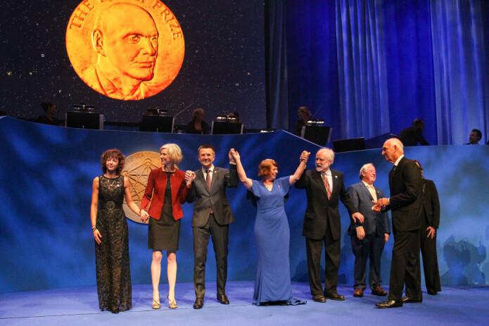 Hånd i hånd. Emmanuelle Charpentier (helt til venstre) og Jennifer Doudna (Foto: Fredrik Hagen, NTB scanpix)
