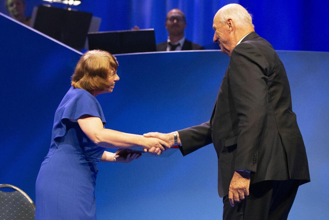 Ewine van Dishoeck blir gratulert av kong Harald under tirsdagens Kavlipris-utdeling i Oslo Konserthus. (Foto: Fredrik Hagen, NTB scanpix)