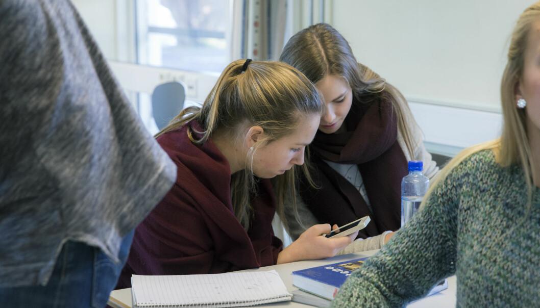 I Frankrike har regjeringen innført totalforbud mot mobiltelefoner på alle barne- og ungdomsskoler. Det har gjort spørsmålet mer aktuelt både i Norge og andre land. (Foto: Berit Roald / NTB scanpix)