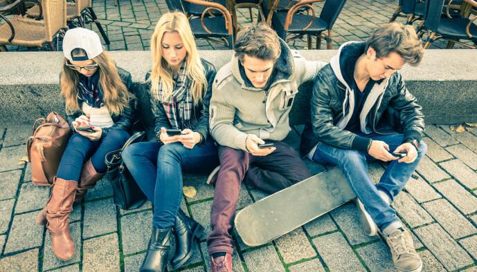 Bør et mobilforbud på skolen også gjelde i friminuttene? Kan det få elevene til å vise mer og sunnere interesse for hverandre og kanskje beskytte dem mot nomofobi? Eller er det å gripe inn i elevenes fritid? (Foto: View Apart / Shutterstock / NTB scanpix)