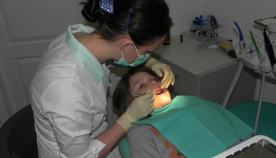 Det finnes flere måter å behandle hull i tennene på. Nå skal forskere kartlegge hvilke behandlinger tannleger velger å bruke når de behandler barn.(Illustrasjonsfoto: Colourbox)
