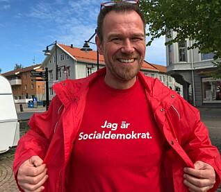 Thomas Augustsson har fått lagd sin egen t-skjorte til valget i år. (Foto: Bård Amundsen