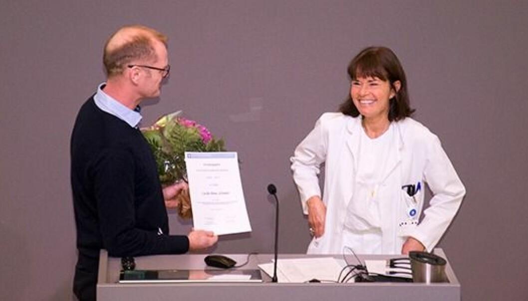 Forskningssjef ved Lovisenberg Diakonale Sykehus Anners Lerdal deler ut forskningsprisen til Cecilie P. Schrøder   (Foto: Johan Stenseth)