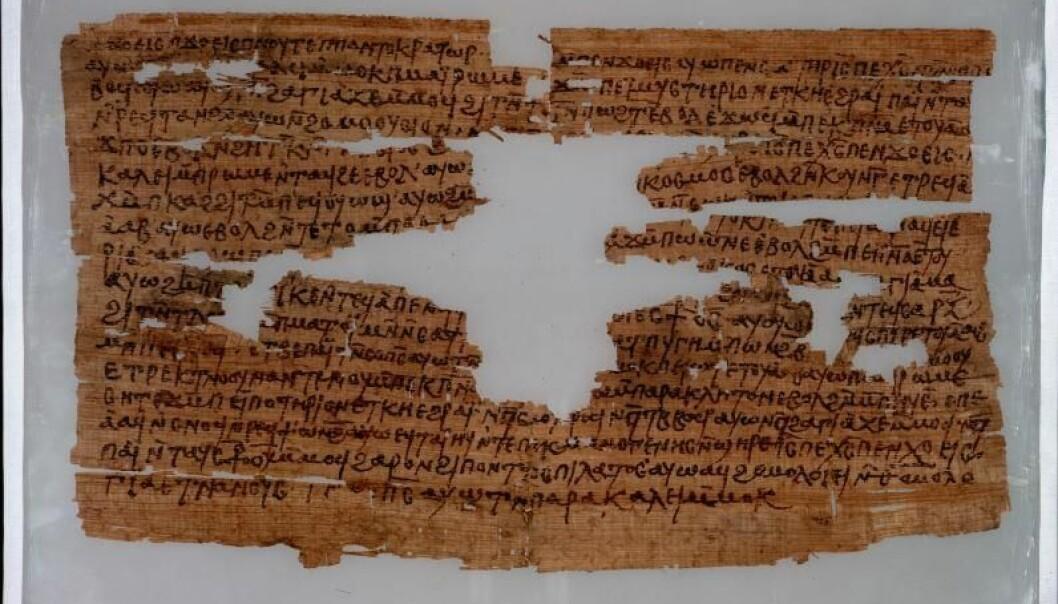 Når deler av teksten mangler, kan de rekonstrueres i lys av paralleler. Denne koptiske natteverdsbønnen bruker formuleringer fra trosbekjennelsen og Bibelen, som kan brukes til å rekonstruere teksten som mangler. (Foto: UiO)