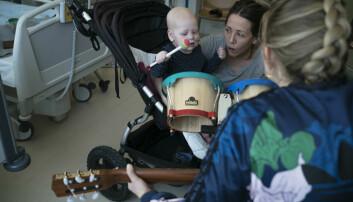 Kreftsyke Julie (2) får trekke ulike figurer ut av en magisk musikkhanske, og musikkterapeut Monika Overå tryller frem sanger som passer til. (Foto: David Engmo)