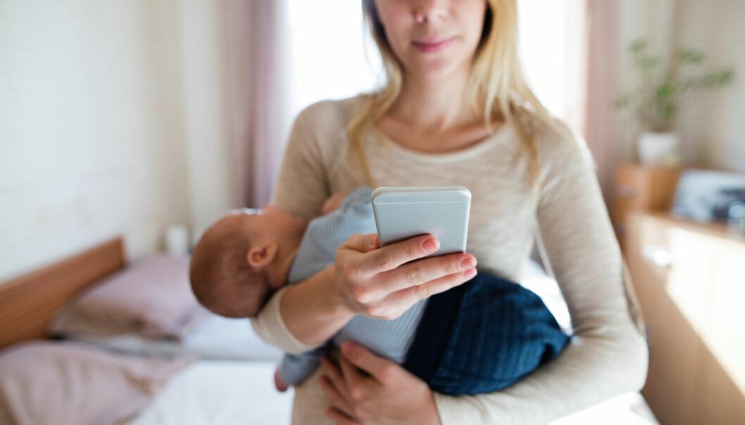 – Hvis mobilen ofte tar oppmerksomheten bort fra barnet, kan det på sikt skade barnets helse, sier forsker. (Illustrasjonsfoto: Shutterstock / NTB Scanpix)