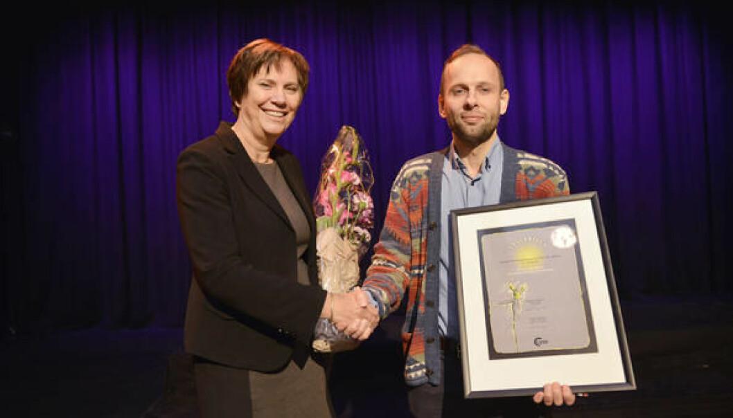 Professor Atle Øglend ble tildelt Lyses forskningspris under universitetets årsfest. Lyses konserndirektør Grethe Høiland delte ut prisen. (Foto: UiS)
