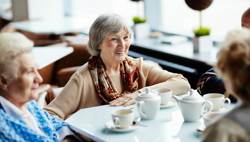 Eldreomsorgen er god til å ta vare på den fysiske helsen til eldre. Men tid til en prat eller en tur på kafé er det verre med, viser forskningsprosjekt. (Fotoillustrasjon: Pressmaster/Shutterstock/NTB scanpix)