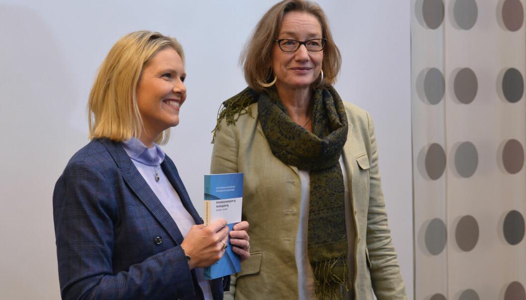 I går fikk innvandrings- og integreringsminister Sylvi Listhaug evalueringen av introduksjonsordningen for flyktninger og innvandrere overlevert av forskningssjef Anne Britt Djuve ved Fafo. (Foto: Ida Kvittingen, forskning.no)