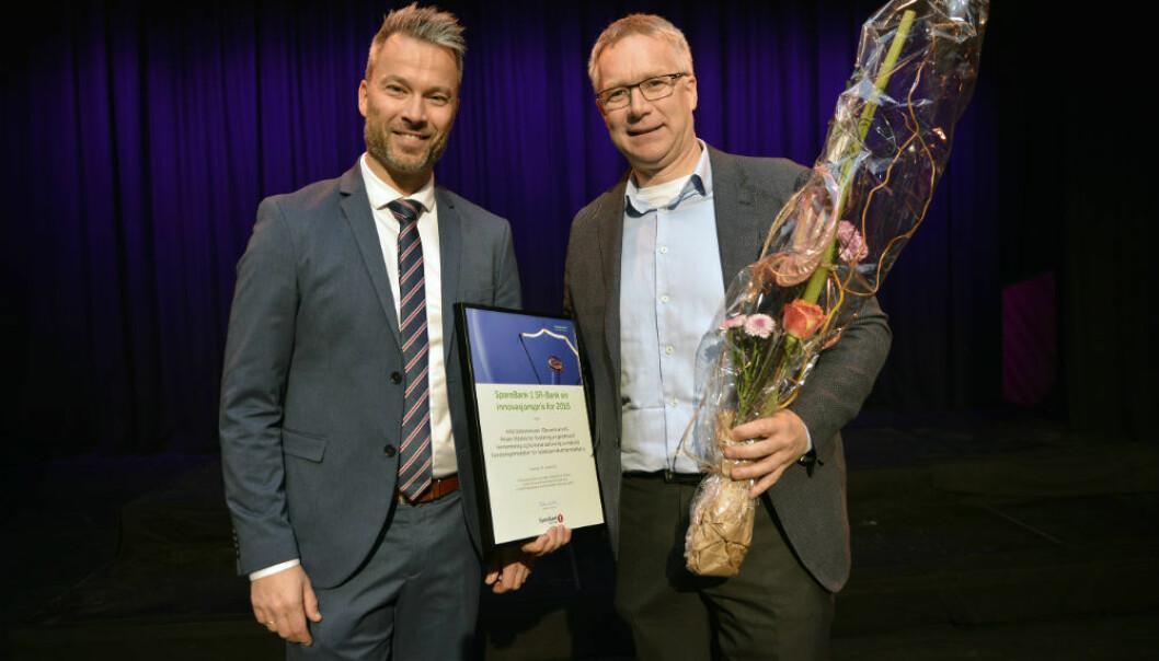 Arild Johannessen (t.h.) mottok SR-banks innovasjonspris under universitetets årsfest. Prisen ble delt ut av seniorrådgiver i SR-bank Frode Sandal. (Foto: UiS)