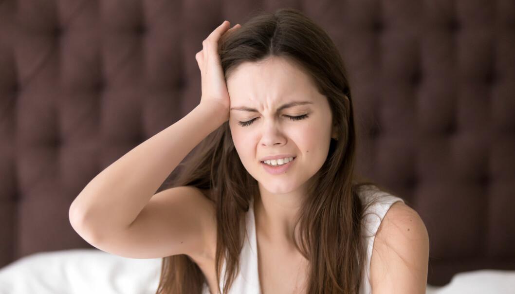 Migrene, whiplash, gikt og fibromyalgi ... kronisk smerte kan komme i mange varianter. Medisiner er sjelden noen hjelp, sier forskere og klinikere.  (Foto: fizkes / Shutterstock / NTB scanpix)
