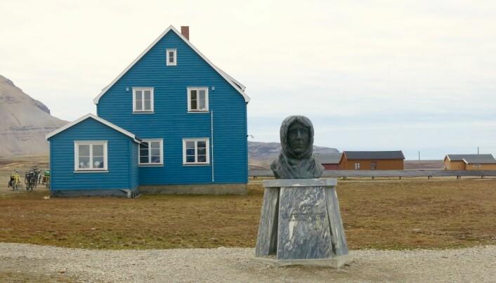 Statue av Roald Amundsen. Til minne om luftskipet «Norge» og dets ferd over Nordpolen i 1926. (Foto: Frida Eriksdatter Tradin)