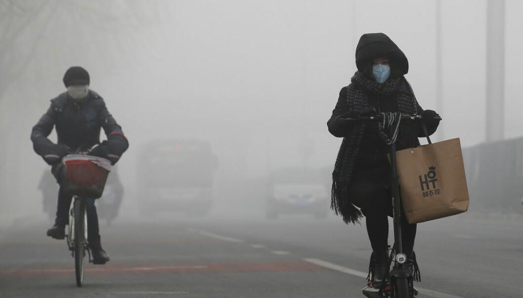 Syklister trosser forurensningen i Beijing. (Foto: Jason Lee, Reuters, NTB scanpix)