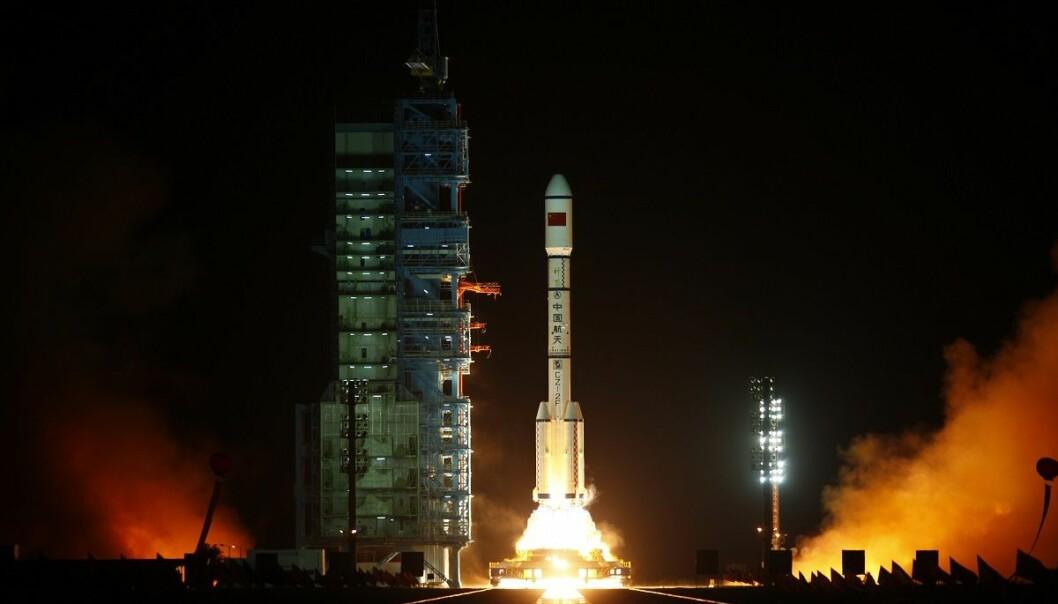 Her ser vi Tiangong 1 bli skutt opp i 2011 fra Jiuquan satellittoppskytningssenter i Gansu i Kina. (Foto: Petar Kujundzic, reuters, NTB scanpix)