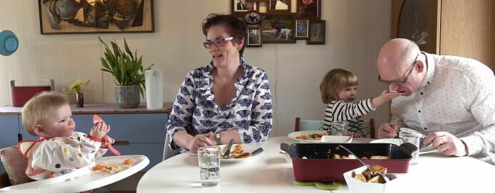Storesøster Julianne gir pappa laks å spise. - La sjømat være en naturlig del av babyens kosthold, sier forsker Siril Alm. (Foto: Audun Iversen / Nofima)