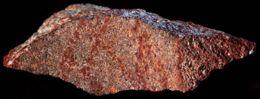 De røde stripene ble trolig laget med en slags fargestift. Forskere tror tegningen er hele 73 000 år gammel. (Foto: Craig Foster)