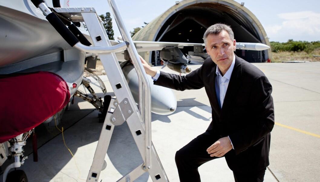 Daværende statsminister Jens Stoltenberg (Ap), som senere ble generalsekretær i NATO, besøkte i mai 2011 flybasen på Kreta som de norske kampflyene opererte ut fra. Stoltenberg har i ettertid avvist kritikken mot Norges og NATOs bombing av Libya. (Foto: Tore Meek / NTB scanpix)