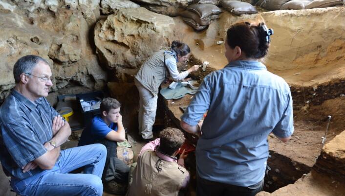 Professor Chris Henshilwood og forskerteamet under arbeid i Blombos-grotten I sørlige Cape, Sør Afrika, hvor tegningen ble funnet. (Foto: Ole Frederik Unhammer)