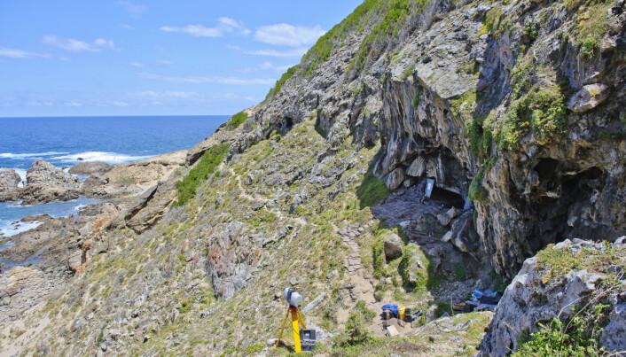 Utsiden av Blombos-grotten. (Foto: Magnus Haaland)