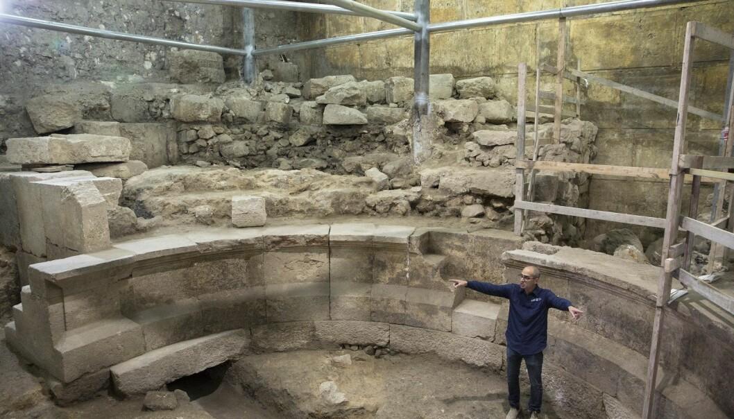 Arkeologen Joe Uziel viser fram ruinene som er funnet i tunnelen under den vestlige muren rundt gamlebyen. (Foto: Sebastian Scheiner, AP, NTB scanpix)