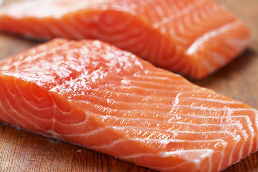 Mat er ikke mat, heller ikke for laksen. Nå viser forskning at laksefileten blir bedre med nye kostråd. (Illustrasjonsfoto: Elena Shashkina / Shutterstock / NTB scanpix)