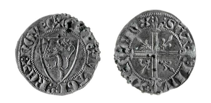 Disse myntene ble funnet i Stange kirke i Hedmark. De ble laget for kong Eirik Magnusson mellom årene 1285 og 1290. Innpå 80 prosent av alle myntfunn norske arkeologer gjør under kirkegulv, er fra middelalderen. (Foto: Lill-Ann Chepstow-Lusty / Kulturhistorisk museum / UiO)