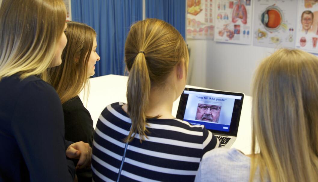 Sykepleierstudenter utforsker spillet <i>Jeg får ikke puste</i>, som er utviklet som del av Hege Mari Johnsens doktorgradsarbeid. (Foto: Hildegunn Mellesmo Aslaksen)