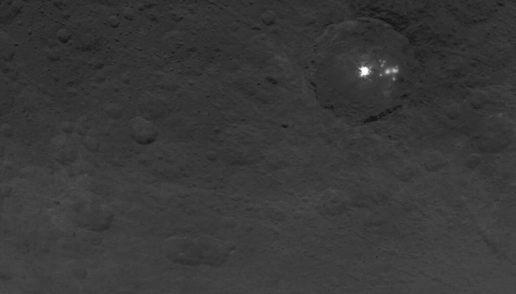 De lyse flekkene på Ceres. (Bilde: NASA/JPL-Caltech/UCLA/MPS/DLR/IDA