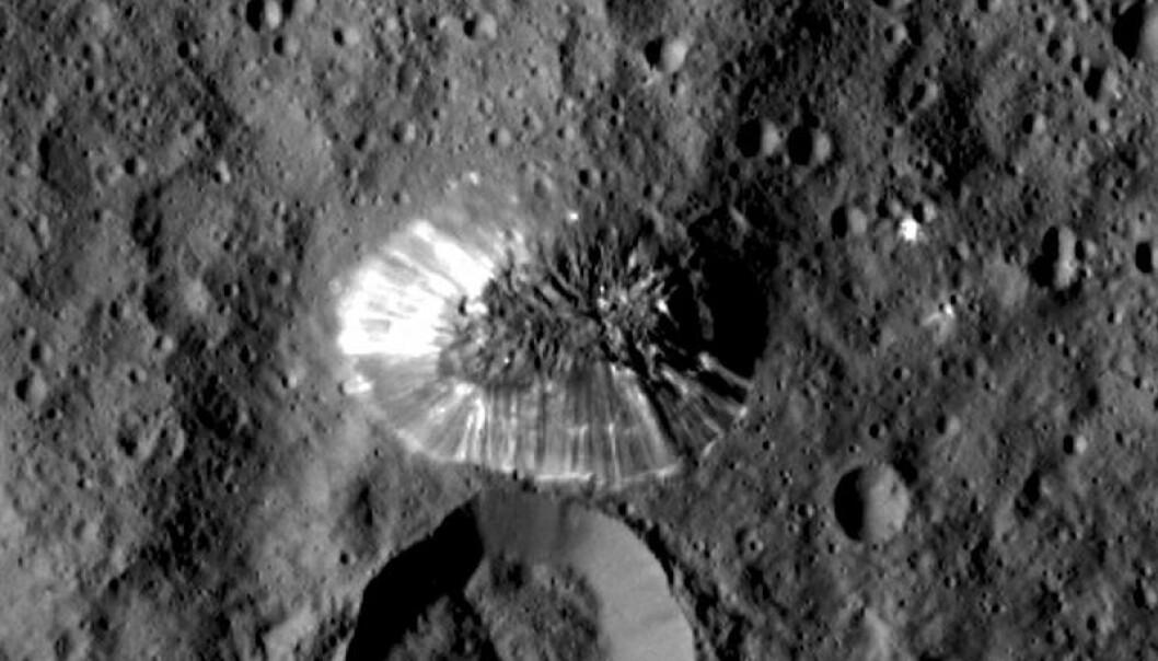 Fjellet sett rett ovenfra av Ceres. (Bilde: NASA/JPL-Caltech/UCLA/MPS/DLR/IDA)